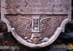 Sanduhr auf einem Epitaph an der Frauenkirche in München