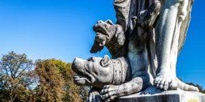 Zu Füßen von Hades/Pluto im Nymphenburger Schlosspark lauert der Höllenhund Kerberos.